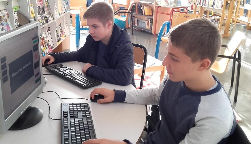 élèves devant un écran