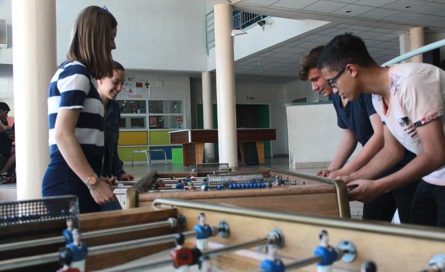 élèves jouant au baby foot