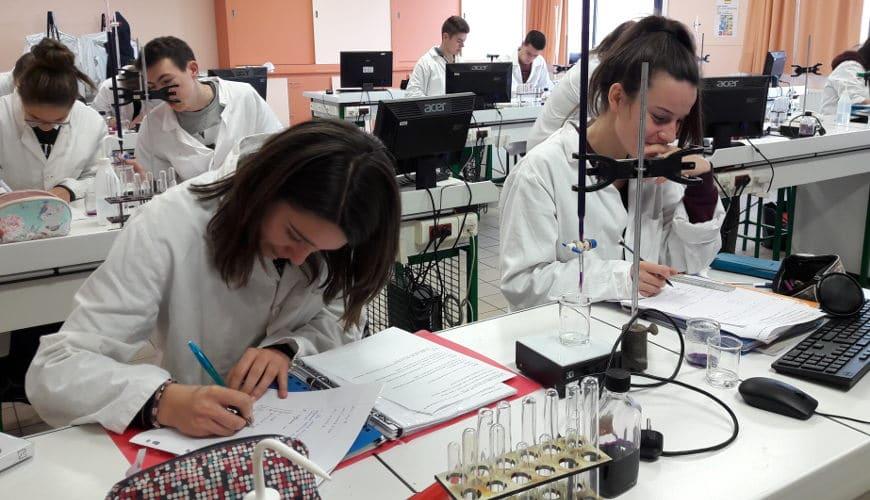 élève en cours en labo