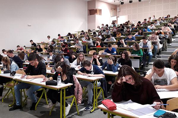 Les lycéens pendant leurs examens blancs