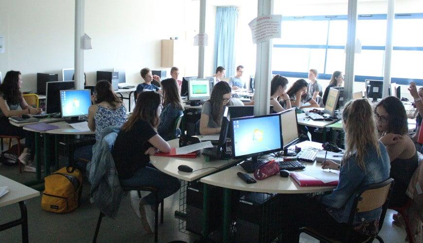 salle info avec des élèves