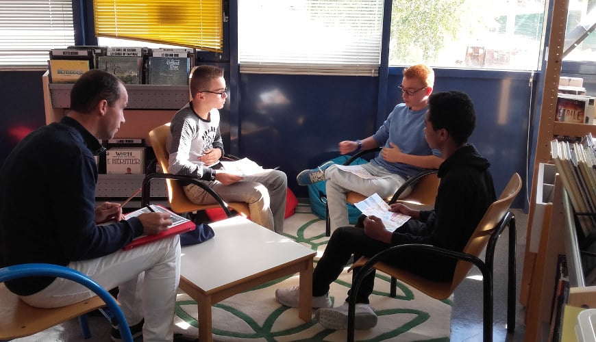 élèves et enseignant au CDI