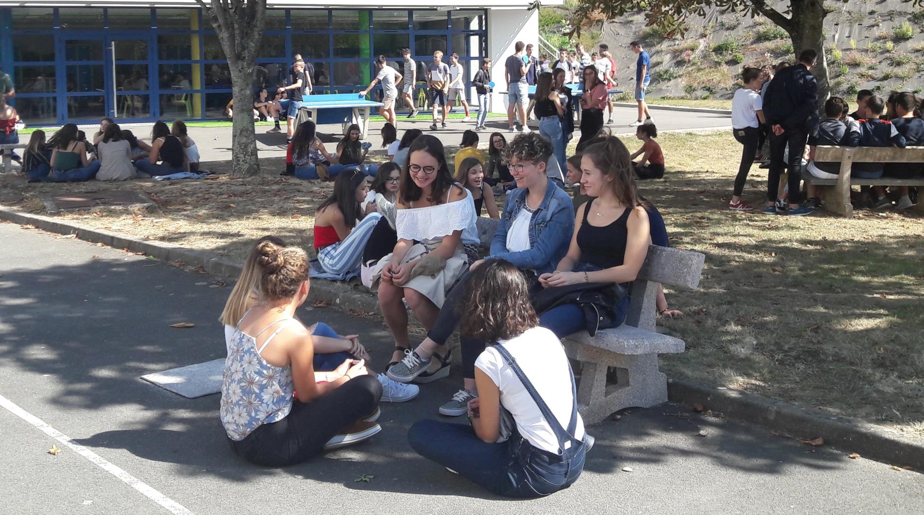 élèves sur la cour
