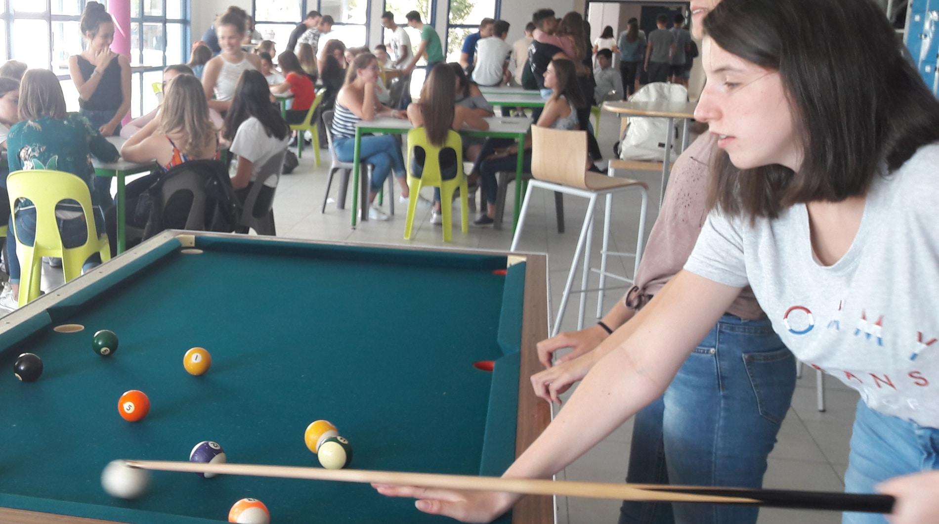 élèves jouant au billard